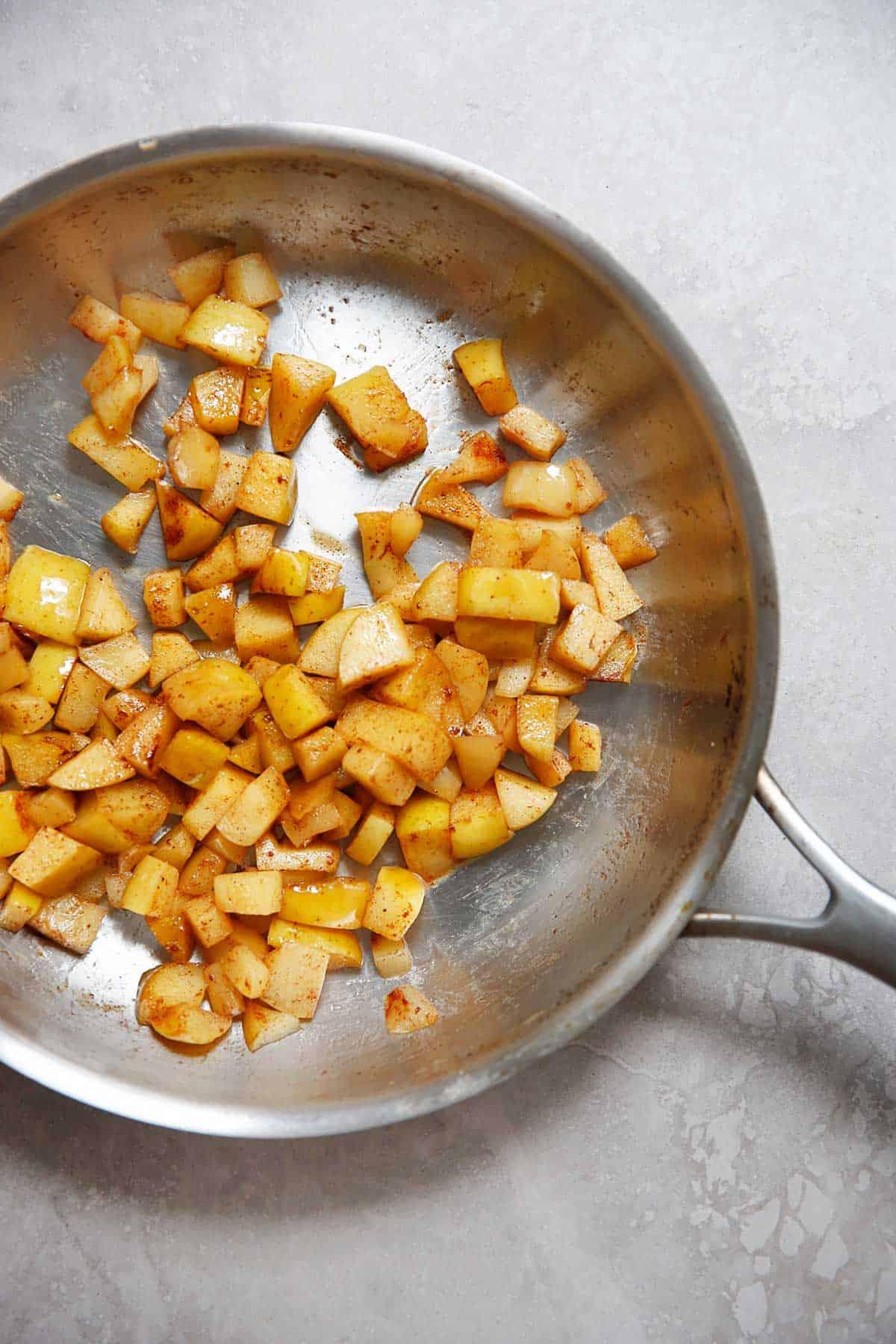 Cinnamon apples in a pan