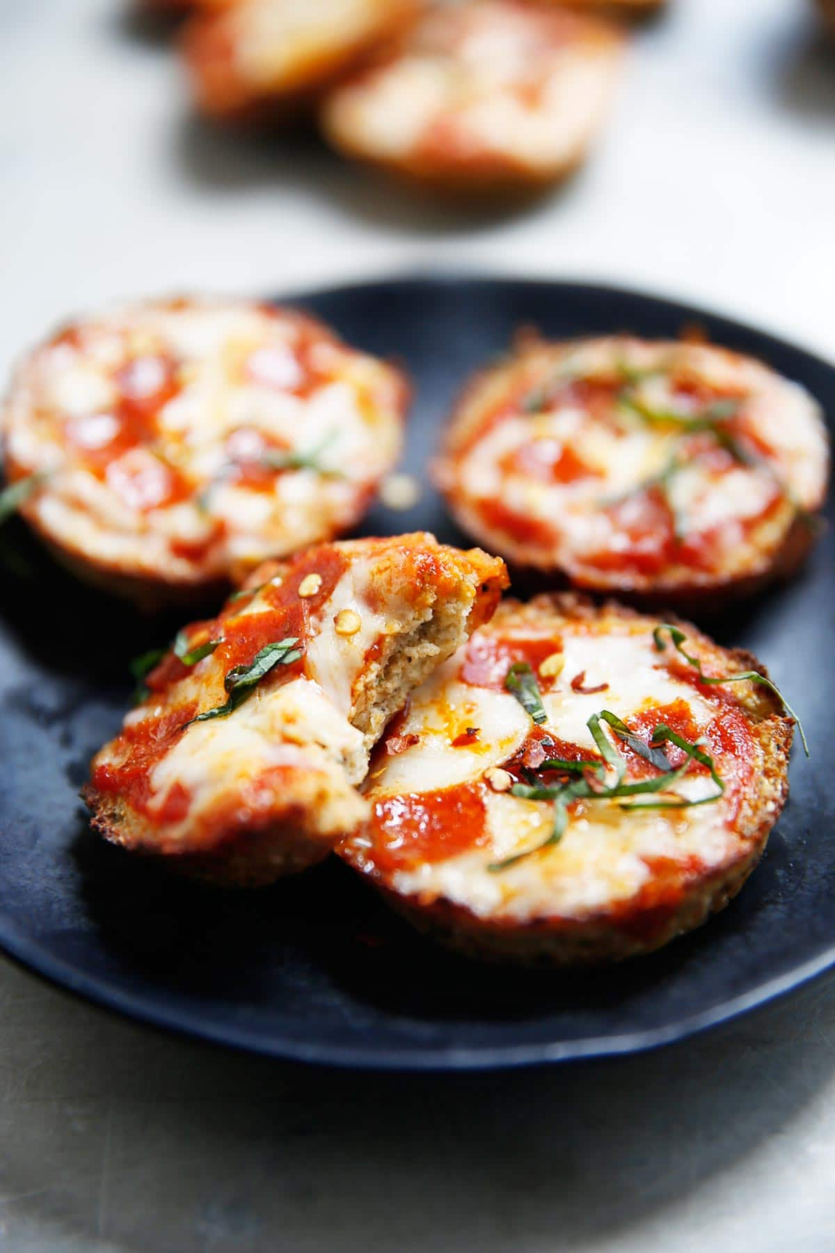 Gluten-Free & Grain-Free Mini Cauliflower Pizza Bites Biten