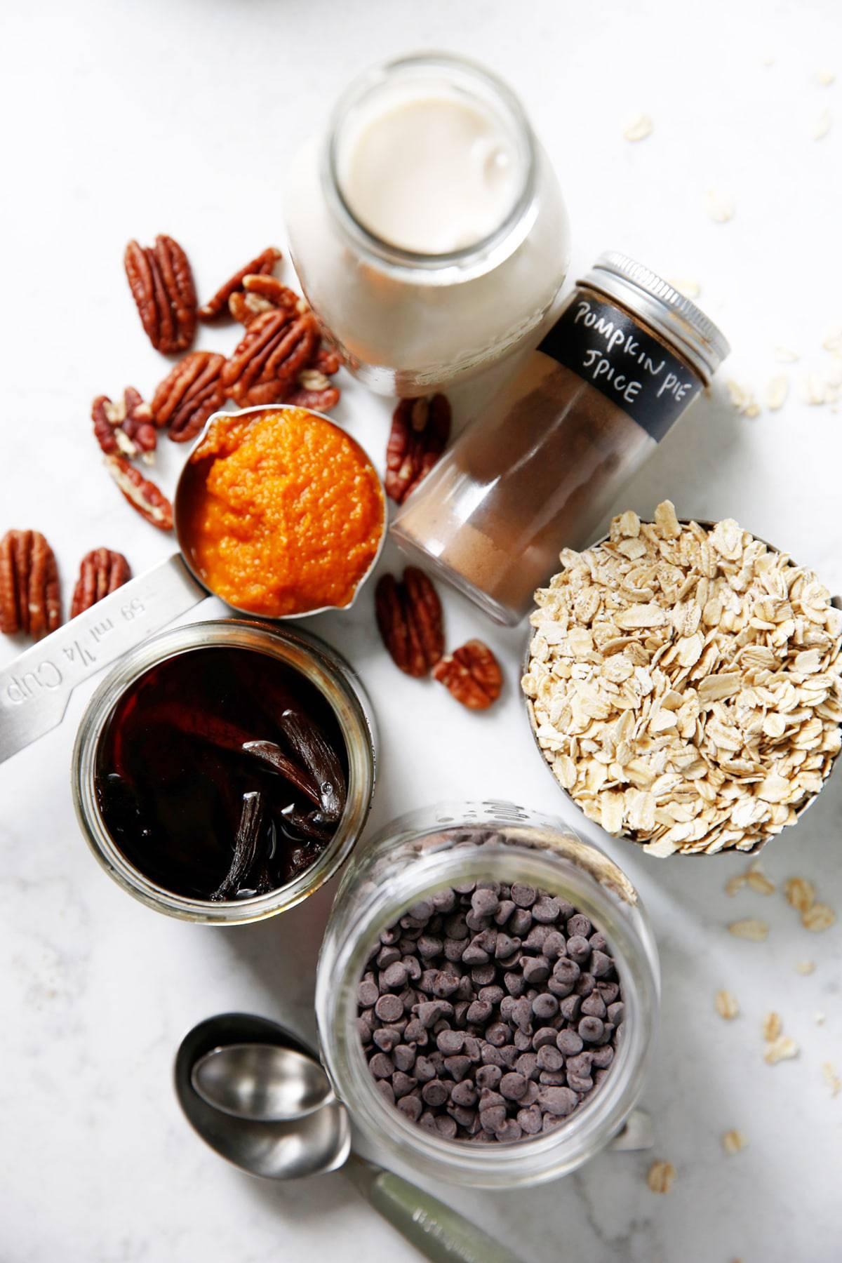 Ingredients for pumpkin overnight oats.